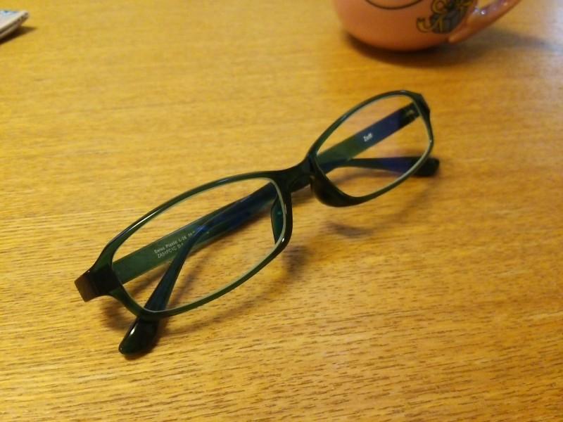 ブルーライトをカットするPC用眼鏡、目の疲れが緩和!